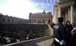Un policier patrouille place Saint-Pierre avant l'ouverture du Jubilé de la Miséricorde le 7 décembre 2015 au Vatican