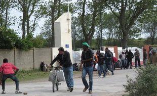 Migrants devant la porte du centre d'accueil de jour de Calais