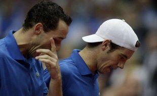 Les joueurs de tennis français Michael Llodra (à g.) et Richard Gasquet lors d'un match de double en Coupe Davis, le 7 mars 2009 contre la République tchèque.