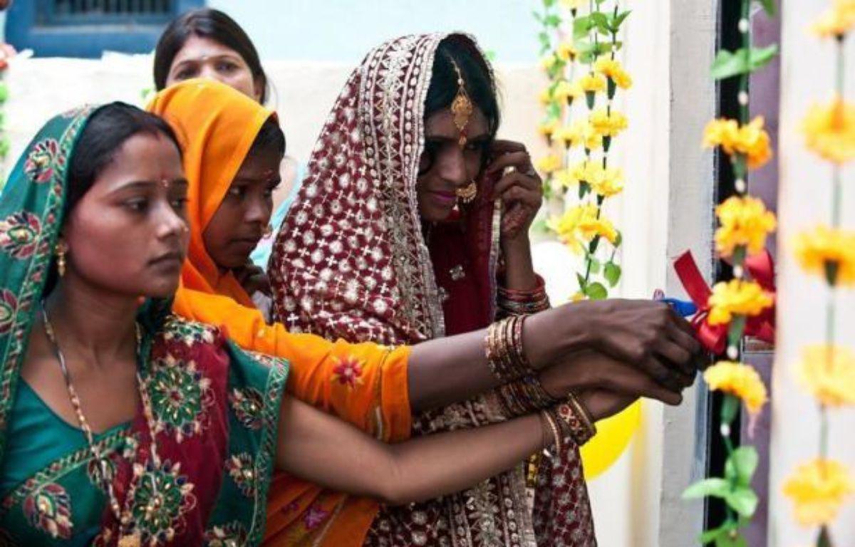 Etincelantes de propreté, décorées de fleurs en plastique et de ballons pour la fête organisée en leur honneur, les toilettes de la nouvelle maison de Priyanka Bharti, une jeune mariée, symbolisent l'émancipation des Indiennes, en particulier à la campagne. – Prakash Singh afp.com