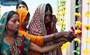 Etincelantes de propreté, décorées de fleurs en plastique et de ballons pour la fête organisée en leur honneur, les toilettes de la nouvelle maison de Priyanka Bharti, une jeune mariée, symbolisent l'émancipation des Indiennes, en particulier à la campagne.