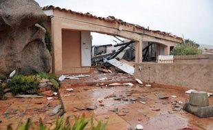 Trois hommes ont été mis en examen vendredi et cinq autres, gardés à vue, devaient l'être dans la soirée dans le cadre d'une enquête sur dix attentats à caractère crapuleux et une tentative perpétrés en 2010 et 2011 en Haute-Corse, a annoncé le procureur de la République à Bastia, Dominique Alzéari.