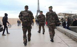 Des militaires en patrouille aux abords de la Tour Eiffel, le 18 janvie r2015