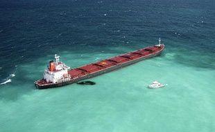 Le navire Shen Neng 1 s'est échoué sur la Grande Barrière de corail le 4 avril 2010 et le risque de pollution est grand.