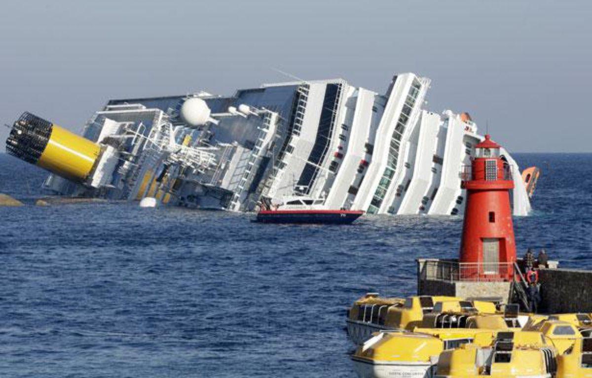Le paquebot Costa Concordia s'est échoué près d'une île de Toscane vendredi 14 janvier 2012. – REUTERS