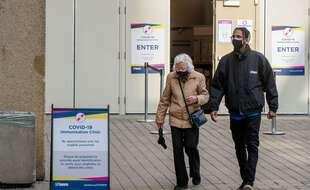 Devant un centre de vaccinations contre le Covid-19, à Toronto au Canada le 17 mars 2021.