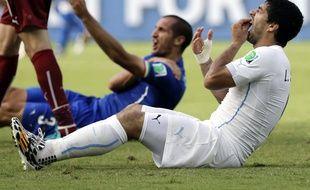 Les footballeurs David Suarez et Giorgio Chiellini, lors du match Italie-Uruguay, le 24 juin 2014.