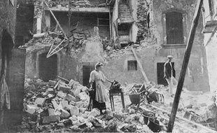 Un couple cherchant des objets dans une maison de Lambesc, ravagée par le séisme de Provence de 1909.