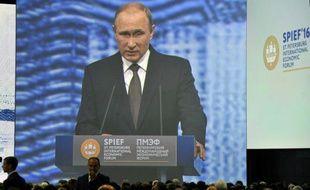Le président russe Vladimir Poutine apparaissant sur un grand écran lors d'un discours pour le Forum international de Saint-Pétersbourg, le 17 juin 2016