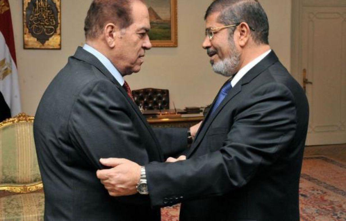 Le président égyptien élu, Mohammad Morsi, issu des Frères musulmans, va prêter serment samedi mais une polémique l'oppose à l'armée sur la procédure à suivre en vue du transfert du pouvoir. –  afp.com