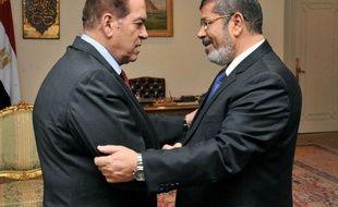Le président égyptien élu, Mohammad Morsi, issu des Frères musulmans, va prêter serment samedi mais une polémique l'oppose à l'armée sur la procédure à suivre en vue du transfert du pouvoir.