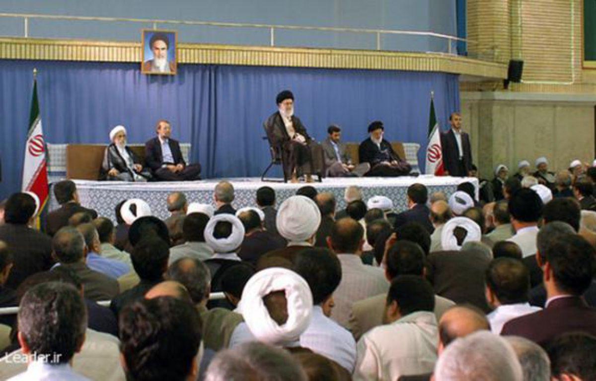 L'ayatollah Khamenei, lors d'une cérémonie officielle le 3 août 2009, confirme la réélection du président Mahmoud Ahmadinejad. – REUTERS/Stringer Iran