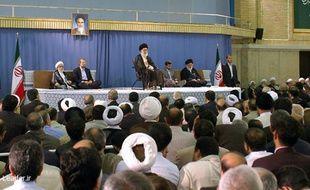 L'ayatollah Khamenei, lors d'une cérémonie officielle le 3 août 2009, confirme la réélection du président Mahmoud Ahmadinejad.