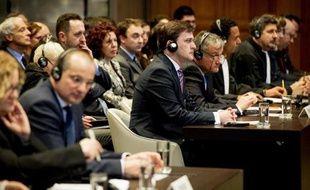 Les ministres de la Justice de Croatie Orsat Miljenic (g) et de Serbie Nikola Selkovic (d) devant la Cour International de Justice à La Haye, le 3 février 2014