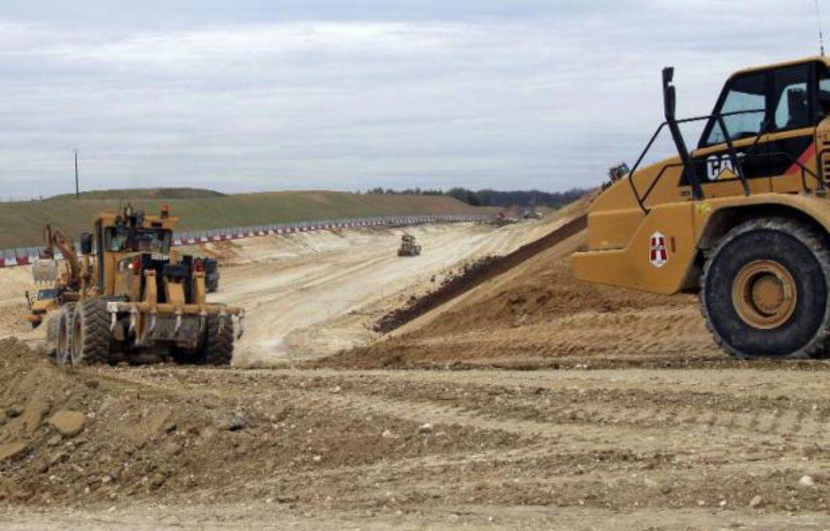 Le coût du projet de canal Seine-Nord Europe entre l'Oise et l'Escaut est fortement révisé à la baisse, autour de 4,5 milliards d'euros, et ce grand chantier porteur de croissance pourrait démarrer dès 2015, selon un rapport remis mercredi au ministère des Transports. – Pascal Rossignol POOL