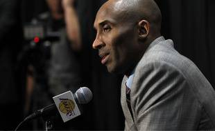 Kobe Bryant a annoncé qu'il prendrait sa retraite en fin de saison, lors d'une conférence de presse le 29 novembre 2015.
