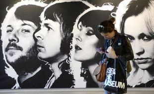 Un visiteur devant le musée ABBA à Stockholm, la veille de son ouverture officielle au public, le 6 mai 2013.