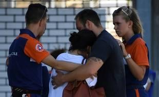 Des proches de victimes de l'attentat le 17 juillet 2016 devant l'hôpital Pasteur à Nice