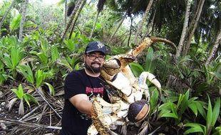 Ce touriste s'est pris en photo avec un crabe géant dans les bras.