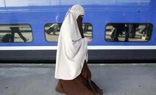 Kenza Drider, une Française musulmane originaire d'Avignon qui porte le niqab, arrive à la gare de Lyon le 11 avril 2011, date de l'entrée en vigueur de l'interdiction du voile intégral dans l'espace public.