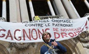 Un manifestant pour la défense de l'assurance chômage devant l'Opéra Garnier, à Parisle 21 mars 2014