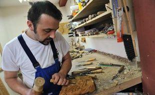 Le sculpteur Edin Hajderovac travaille dans son atelier de Zavidovici, dans le centre de la Bosnie-Herzégovine, le 4 avril 2015