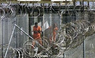 Le rapport relève que Donald Rumsfeld a autorisé des techniques d'interrogatoire dures à Guantanamo le 2 décembre 2002, tout en faisant des déclarations les excluant un mois plus tard.
