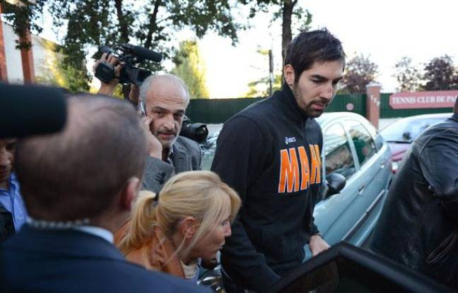 Nikola Karabatic sort sous escorte policière de Coubertin, le 30 septembre 2012