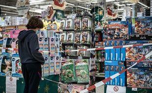 Les rayons de produits non-essentiels ont été fermés dans les commerces en raison de l'épidémie de coronavirus.