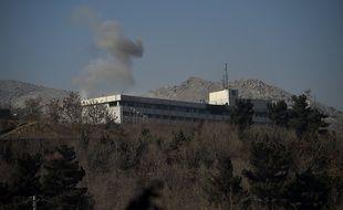 De la fumée sort de l'hôtel Intercontinental de Kaboul (Afghanistan) après un attentat revendiqué par les talibans, le 21 janvier 2018.