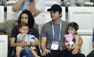 Ashton Kutcher, Mila Kunis et leurs enfants à Budapest le 17 juillet 2017.