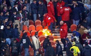 """Le ministre de l'Intérieur Nicolas Sarkozy, qui répète depuis plusieurs mois son intention de """"débarrasser des voyous les stades"""" de football, a prévenu mercredi qu'il entendait permettre des dissolutions de groupes de supporteurs violents."""