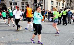 Des milliers de coureurs et leurs supporteurs sont descendus dans les rues de Boston samedi malgré la pluie pour achever le marathon que beaucoup d'entre eux n'avaient pu terminer le 15 avril en raison de l'explosion de deux bombes près de la ligne d'arrivée, selon les médias américains.