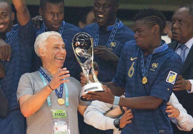 Pierre Mankowski et Paul Pogba reçoivent le trophée de vainqueurs de la Coupe du monde des moins de 20 ans, le 13 juillet 2013 à Istanbul.