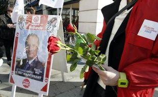 """Une distribution de roses a été organisée dimanche matin sur le marché de Neuilly-sur-Seine (Hauts-de-Seine), ancien fief de Nicolas Sarkozy, pour tenter de rallier les habitants de cette riche commune, dont certains sont, selon le PS local, """"déçus"""" par le président."""