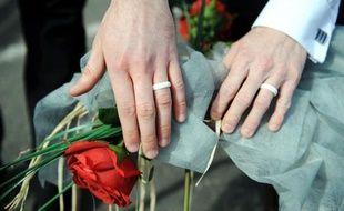 """L'association Inter-LGBT (lesbienne, gay, bi et trans) s'inquiète du projet de loi à venir sur le mariage et l'adoption homosexuels, redoutant une législation """"a minima"""" qui """"délaisserait la grande majorité des familles homoparentales""""."""