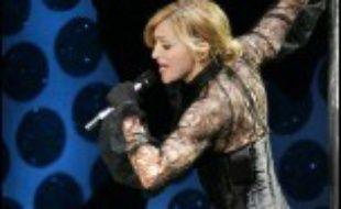 """Des milliers de spectateurs, mais aussi de policiers, ont afflué mardi soir au stade Loujniki de Moscou, pour le premier concert de Madonna en Russie, étape de sa tournée """"Confessions"""", contre laquelle des orthodoxes ont brièvement manifesté avant d'être interpellés."""