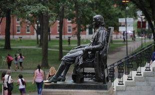 La statue de John Harvard sur le campus de l'université américaine