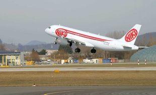 Un avion décolle de l'aéroport de Salzbourg en Autriche