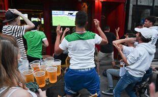 Illustration de supporters de foot en terrasse.