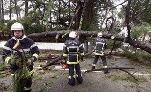 En France, où 1,1 million de foyers restaient privés d'électricité dimanche, quelque 1.000 agents ont été mobilisés pour réparer le réseau endommagé et attendaient des renforts d'Allemagne, d'Angleterre et du Portugal.