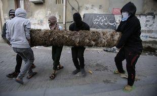Des manifestants armés d'un palmier lors d'une manifestation à Bahrein contre l'exécution par l'Arabie Saoudite d'un prêcheur chiite