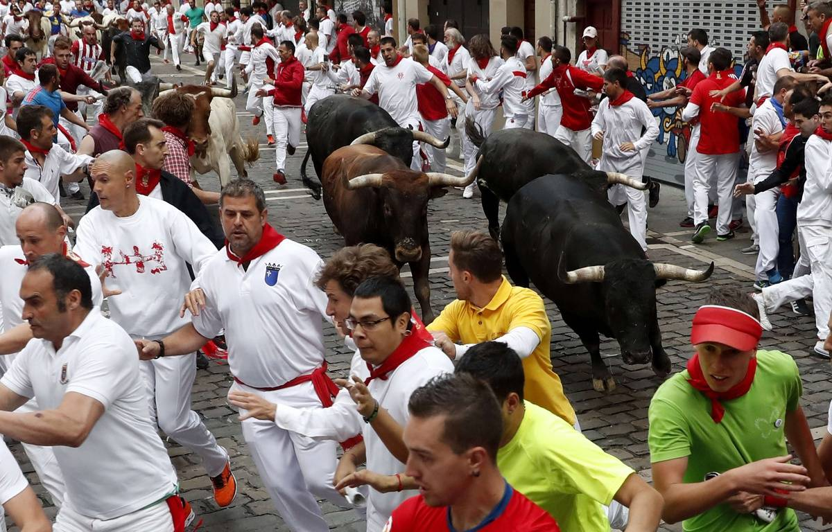 Un lâcher de taureaux pendant les fêtes de San Fermin à Pampelune, vendredi 14 juillet. –  J.P. Urdiroz/EFE/SIPA