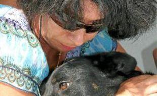 Annie Bénézech avec la chienne jetée d'une voiture devant la SPA.