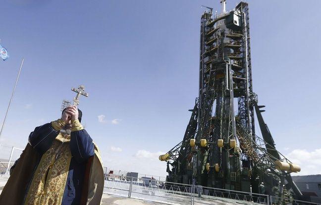 A la veille du décollage, un prêtre orthodoxe bénit la fusée Soyouz à bord de laquelle Jeff Williams et deux confrères russes rejoindront l'ISS, à Baïkonour, le 17 mars 2016.