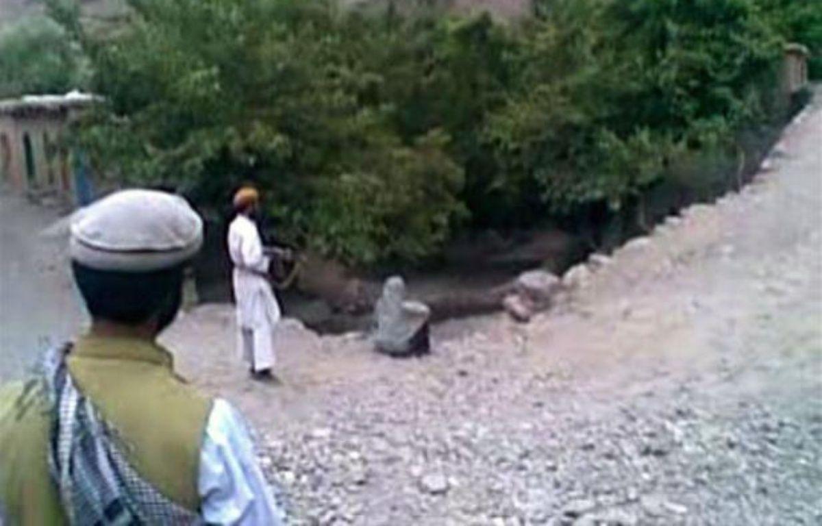 Les autorités afghanes ont lancé une chasse à l'homme pour retrouver les coupables, des talibans selon elles, de l'exécution sommaire d'une femme soupçonnée d'adultère dont l'insoutenable vidéo a choqué en Occident, a-t-on appris lundi de sources concordantes. –  afp.com