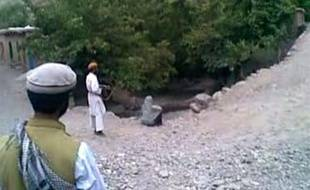 Les autorités afghanes ont lancé une chasse à l'homme pour retrouver les coupables, des talibans selon elles, de l'exécution sommaire d'une femme soupçonnée d'adultère dont l'insoutenable vidéo a choqué en Occident, a-t-on appris lundi de sources concordantes.