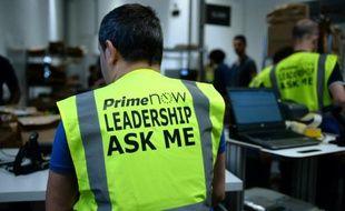 """Un employé porte un gilet estampillé """"Prime Now"""", le nouveau service express d'Amazon, à Paris le 9 juin 2016"""