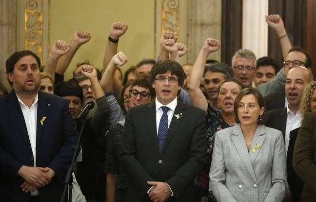 Oriol Junqueras (gauche), Carles Puigdemont (centre) et Carme Forcadell (droite) chantent l'hymne catalan le 27 octobre 2017.