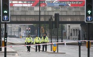 Des policiers sous le pont où a eu lieu l'attaque, le 30 novembre 2019.